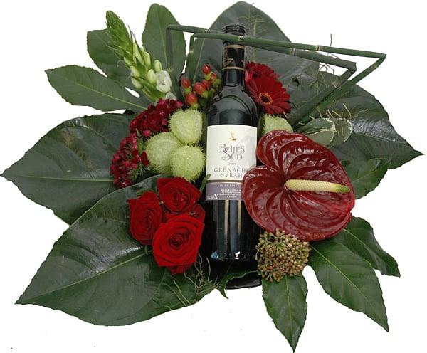 Luxe bloemstuk rood met rode wijn