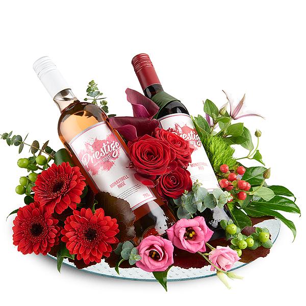 Bloemstuk met rode en rose prestige wijn